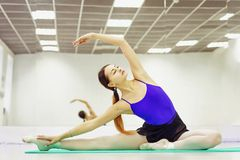 Female ballet dancer in Pointe shoes warming up on the Mat royalty free stock photos