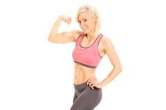 Female bodybuilder showing bicep Royalty Free Stock Photos