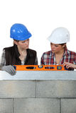 Female builder with spirit-level Royalty Free Stock Images
