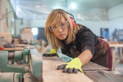 Female carpenter Using Electric Sander Royalty Free Stock Photography