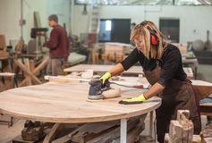 Female carpenter Using Electric Sander Royalty Free Stock Photos