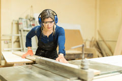 Female carpenter using a table saw Royalty Free Stock Photos