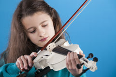 Female child playing the violin Royalty Free Stock Photography
