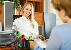 Female clerk and client discussing Royalty Free Stock Images