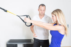 Female coach showing a fitness exercise Royalty Free Stock Photography