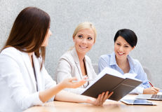 Female colleagues discuss business strategy Royalty Free Stock Photos