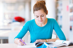 Female college student in a library Royalty Free Stock Images