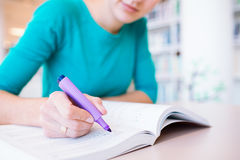 Female college student in a library Royalty Free Stock Photos