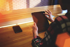 Female digital tablet screen while sitting in modern coffee shop, Royalty Free Stock Photos