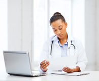 Female doctor with laptop pc Royalty Free Stock Photos