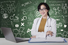 Female doctor looks confident in the lab Royalty Free Stock Photography
