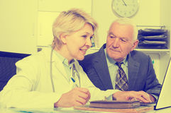 Female doctor with male client Royalty Free Stock Photography