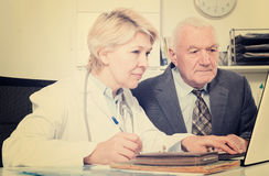 Female doctor with male client Royalty Free Stock Photos