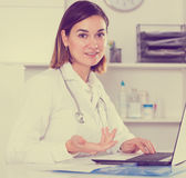 Female doctor offering help Royalty Free Stock Photography