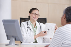 Female doctor and patient Royalty Free Stock Photos