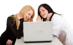 Female doctor with patient looking at laptop Royalty Free Stock Photos