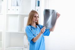 Female doctor showing x-ray at hospital Royalty Free Stock Images