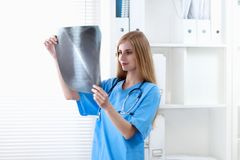 Female doctor showing x-ray at hospital Royalty Free Stock Photos