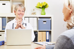 Female doctor talking with senior Royalty Free Stock Images
