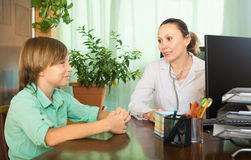 Female doctor with a teenager Royalty Free Stock Photos