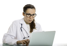 Female doctor using a laptop Royalty Free Stock Photos