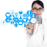 Female doctor using modern technology 1 Royalty Free Stock Photos