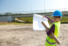 Female engineer with blueprint Royalty Free Stock Photos