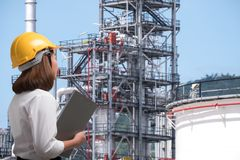 Free Female Engineer In Pipeline Industry Field Royalty Free Stock Photos - 90007518