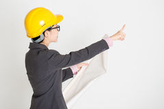 Female engineer pointing away Royalty Free Stock Photos