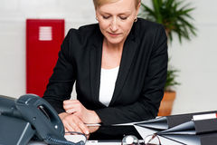 Female executive looking down at tablet screen Royalty Free Stock Photos