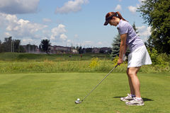 Female golfer prepares to tee off Royalty Free Stock Photos