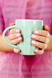 Female hand. With manicure holding mint cup Royalty Free Stock Photos