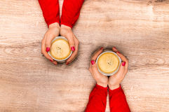 Female hands holding a cup of hot coffee Royalty Free Stock Photos
