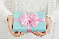 Female hands holding gift box Royalty Free Stock Photos
