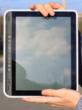 Female hands holding a tablet Royalty Free Stock Photos