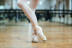 Female legs in pointe shoos Royalty Free Stock Photos