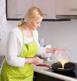 Female making omelet at home Royalty Free Stock Photography