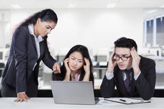 Female manager showing the workers mistake Royalty Free Stock Images