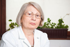 Female medical worker in lab portrait Royalty Free Stock Photos