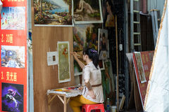 Female oil-painting artist painting picture Royalty Free Stock Photos