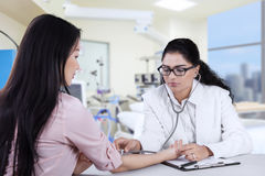 Female patient checked by doctor Royalty Free Stock Photos