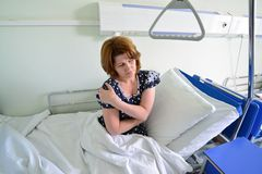 Female patient with joint pain in hospital ward Royalty Free Stock Photos