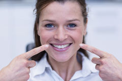 Female patient showing her teeth Royalty Free Stock Photos