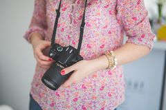 Female photographer holding a dslr camera Royalty Free Stock Photography