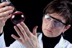 Female Scientist experimenting Royalty Free Stock Photos