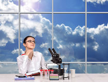 Female scientistt hinking Royalty Free Stock Photos