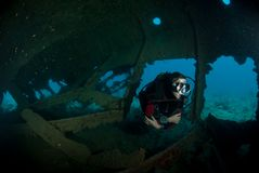 Female scuba diver exploring ship wreck Royalty Free Stock Photos