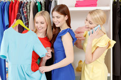 Female shoppers in a store Royalty Free Stock Photos