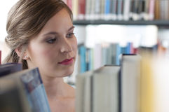 Female student in library Royalty Free Stock Photos