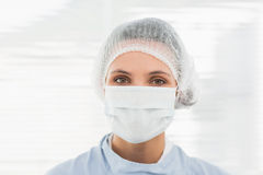 Female surgeon wearing surgical cap and mask Royalty Free Stock Photos